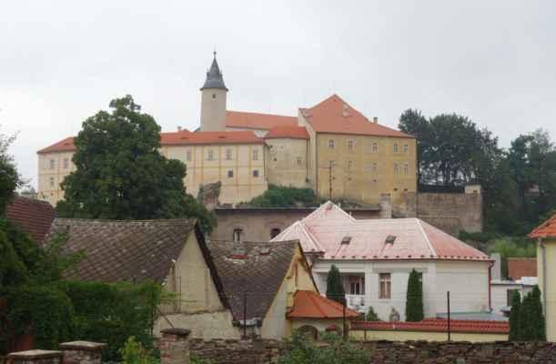 Kamenný hrad postavený ve 13. stol. Ani k němu jsme nezajely. Na hradě je dnes muzeum a na věž lze rovněž vystoupat.