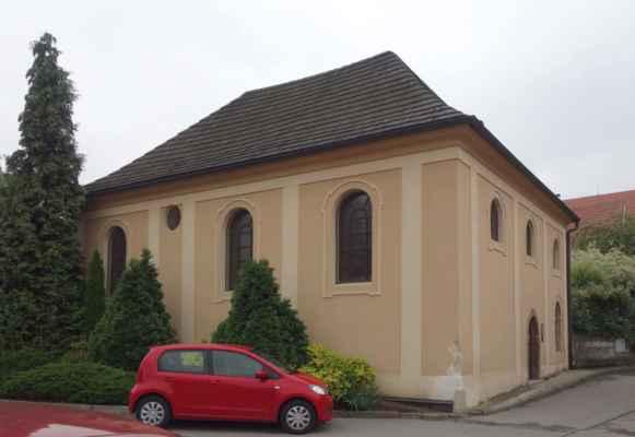 Já jsem jen odbočila kousek do uličky vyfotit si místní židovskou synagogu. Byla postavena roku 1739 náhradou za dřevěnou synagogu z roku 1606, která vyhořela. Budova je přizemní ve stylu vesnického baroka.