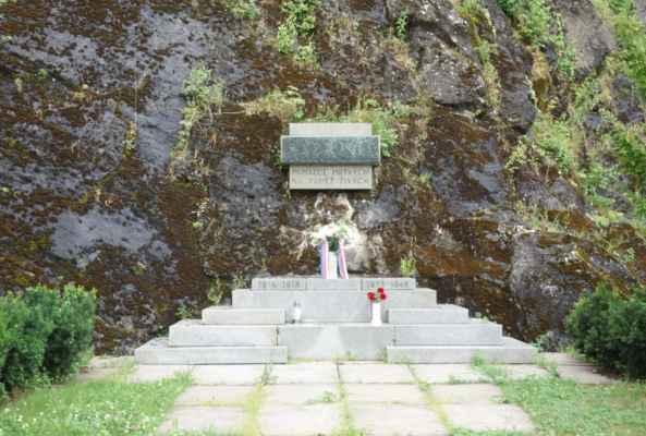 Z Ledče jsme vyjely po cyklo 19. Pod šeptouchovskými skalami jsem ještě stihla vyfotit památník padlým hrdinům. Byl postaven v roce 1947 dle návrhu akademického malíře Emila Hrdličky.