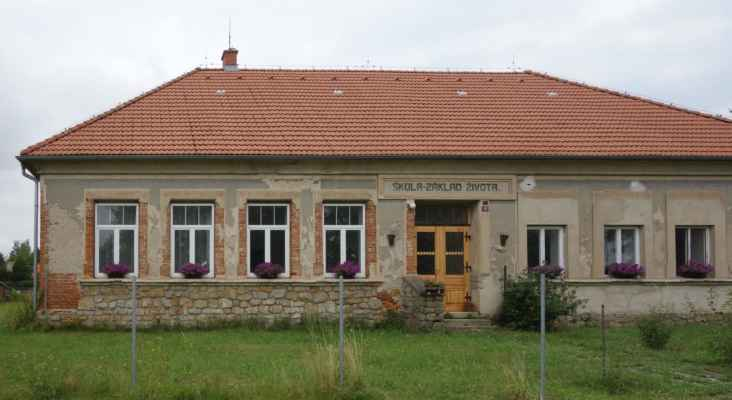 Bývalá škola na okraji Kounic.