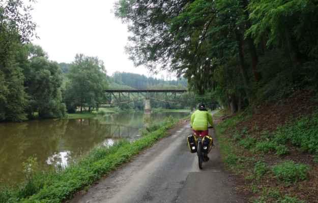 U železničního mostu v Březině nás ale cyklotrasa zase odklání od řeky přes kopečky.