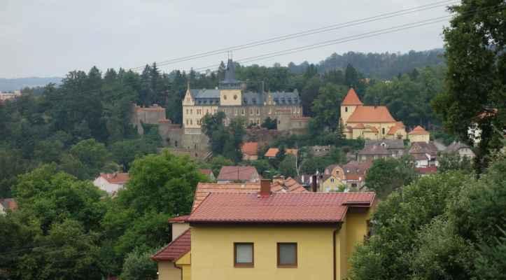 Konečně jsme ve Zruči. Teď bylo jasné, proč jsme věže města vyhlížely marně  - město je celé ukryté v údolí Sázavy.