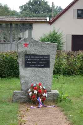a vedle něj  menší pomníček ruským vojákům.