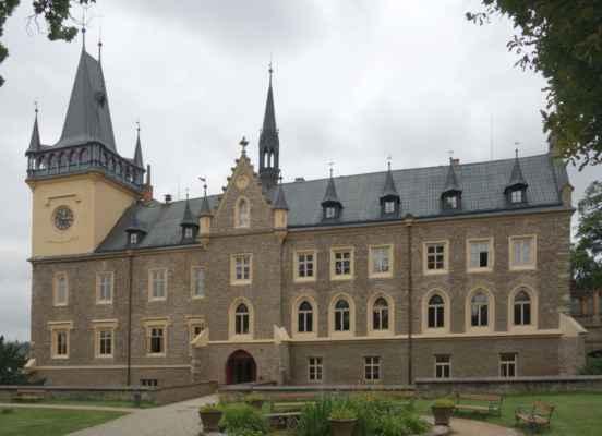 Trojkřídlý pseudogotický zámek s třípatrovou věží byl postaven v letech 1872–78 na základech zchátralého renesančního objektu. Další úpravy proběhly v pseudogotickém slohu podle návrhu českého architekta Jana Vejrycha v letech 1891–92, kdy byla vystavěna novogotická vstupní brána  zámek byl obohacen o gotické štíty, věžičky a vikýře. Zámek je přístupný.