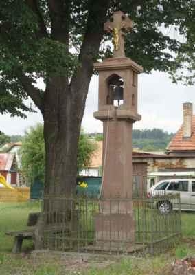 Kamenná zvonička v Chabeřicích.