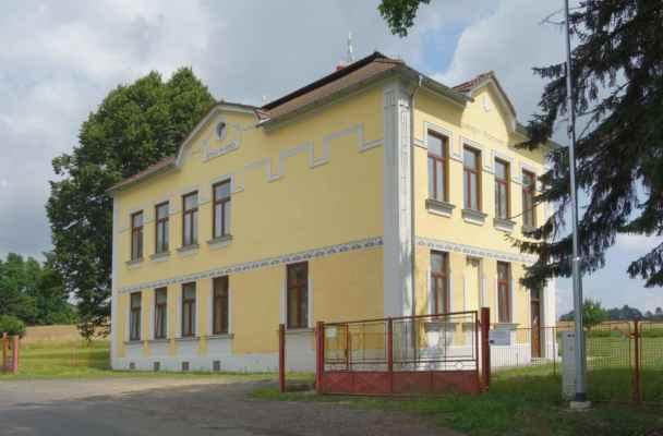 Holšice - bývalá škola na okraji obce.