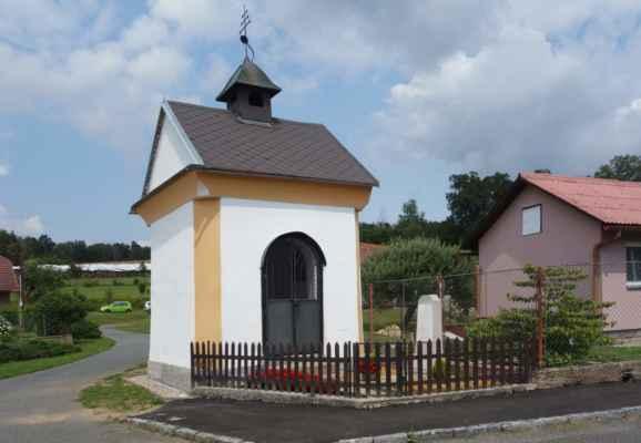 A kaplička v centru obce - u domu vedle byli chalupáři na dvoře, tak jsme požádaly, zda nemají pumpu. Neměli, ale měli kompresor a HMS dušičku dofoukli :o)))