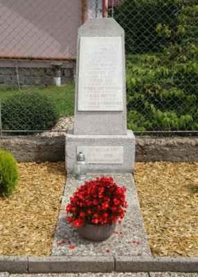 Památník obětem 1. a 2. SV vedle kapličky.