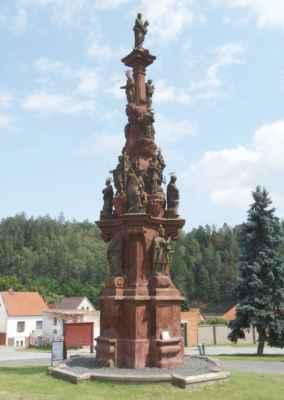 Morový sloup v Kácově - jeden z nejzdobenějších morových sloupů u nás. Sloup pochází z roku 1729 a nechala ho postavit Anna Marie Toskánská.