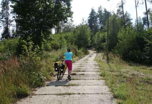 """Z Kácova jsem byla vždycky někým vedena po hlavní silnici. Teď jsme se ale držely na cyklo 19 do Tichonic a tu tady zřejmě tvořil někdo, kdo nemá rád cyklisty. Tak jsme si holt vytlačily další """"Říp""""."""