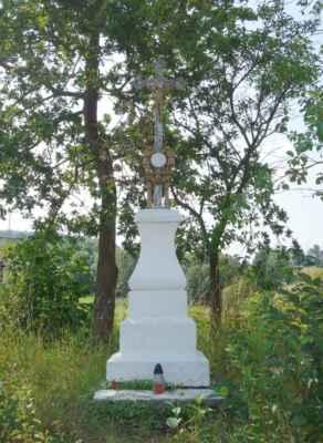 """Křížek na konci Kácovce, kde HMS pronesla """"tak se ještě pomodlíme a jedeme"""" a vyrazila po místní polňčce jako první."""