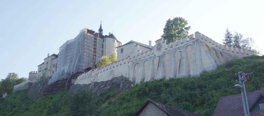 Český Štenberk - cestu přes hrad známe, tak jsme to sjely dolů k Sázavě po cyklo 19. Příjemná cesta.