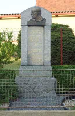 A tohle už jsme v Bělokozlech - památník obětem 1. a 2. SV s plastikou T.G.M.