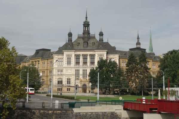 Západočeské muzeum v Plzni založené v roce 1878. Rozsahem svých historických, uměleckoprůmyslových i přírodovědných sbírek patří k největším muzejním ústavům v České republice. V současné době mohou návštěvníci navštívit 9 expozic různého zaměření. Kromě výstavní činnosti muzeum pořádá přednášky, komentované prohlídky, výukové programy, tvůrčí dílny, jarmarky, příměstské tábory, odborné semináře a konference. Své reprezentativní prostory také nabízí k pořádání svatebních obřadů, koncertů a jiných kulturně společenských akcí.
