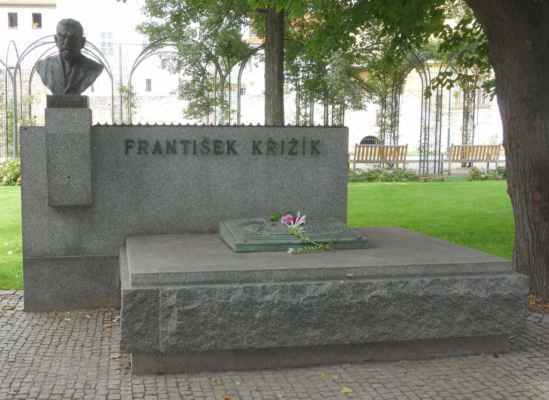 Kdo jiný by mohl mít památník s bustou v Křižíkových sadech než sám František Křižík.