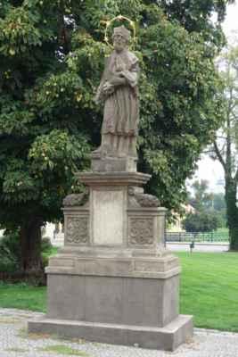 Projdeme kolem barokní sochy sv. Jana Nepomuckého.