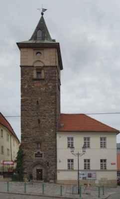 Naproti Masným krámům láká k návštěvě i vodárenská věž. Hranolová budova s jehlanovou střechou. Má pět pater a je součástí staré vodárny. Ta byla postavena v první polovině 16. století poté, kdy město bojovalo s poklesem spodní vody a následným problémem se zásobováním. Až do pozdně klasicistní přestavby v polovině 19. století se podoba věže neměnila. V letech 1845-49 provedli Romuald a František Božkové z Prahy modernizaci vodárny i věže. Současná podoba však pochází pravděpodobně z roku 1922. V té době se již nevyužívala k původnímu účelu.