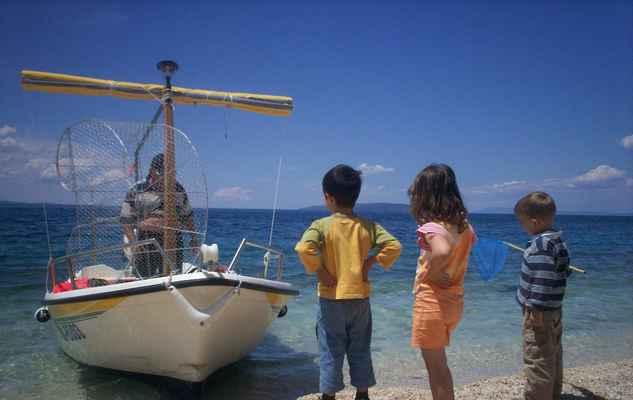 Chorvatsko - Gradac. Děti, loď, stařec a past na ryby.